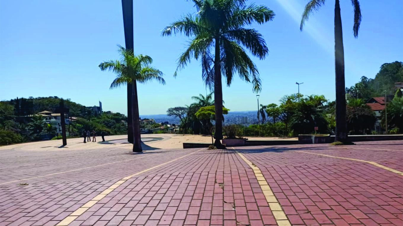 Na Praçada Liberdade em BH, vandalismo derrubou estátua do escritor Murilo Rubião