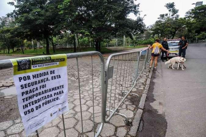 Praças vazias depois de gradis instaladas em BH